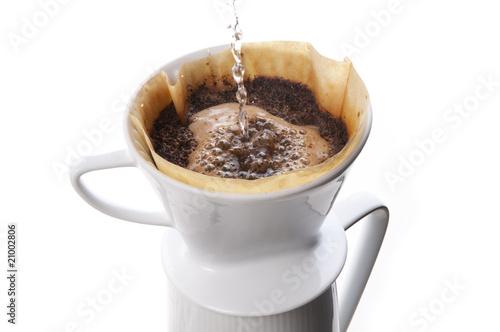Wie Kocht Kaffee kaffee kochen mit porzellan filter stockfotos und lizenzfreie