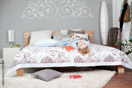 Junge frau im schlafzimmer stockfotos und lizenzfreie for Schlafzimmer junge