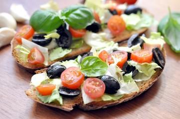 Brot, Oliven, Tomaten