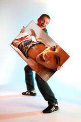 Mann mit Poster einer Frau in Dessous