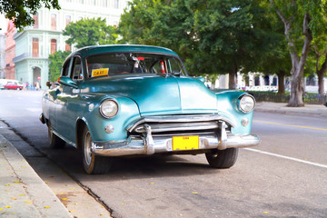 Photo sur Aluminium Voitures de Cuba Metallic green oldtimer car in the streets of Havana