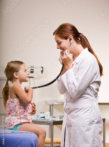 женщина пришла к врачу на общий осмотр посмотреть на фото