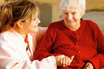 senior accompagnée d'une jeune soignante