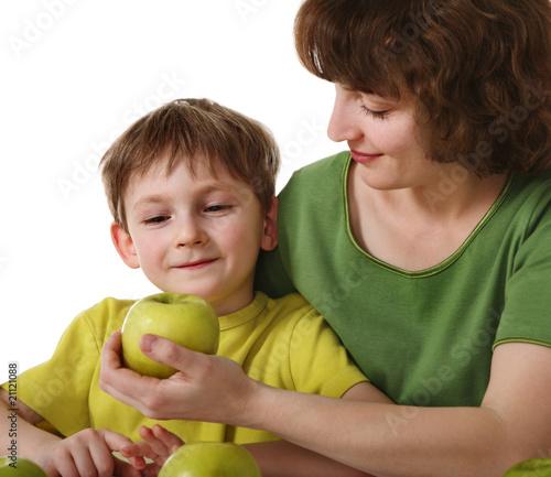 мама даёт сыну фото
