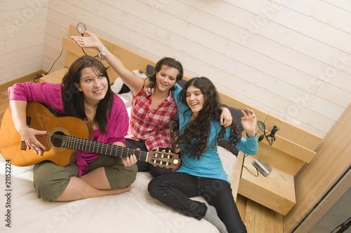 soir e entre copine faire de la guitare photo libre de. Black Bedroom Furniture Sets. Home Design Ideas