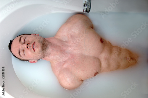 mann in badewanne stockfotos und lizenzfreie bilder auf bild 21158898. Black Bedroom Furniture Sets. Home Design Ideas