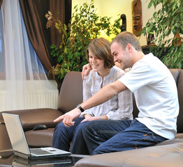 Frère et soeur devant un ordinateur