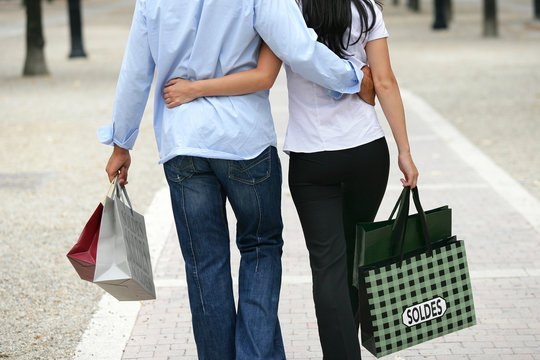 Couple faisant les soldes