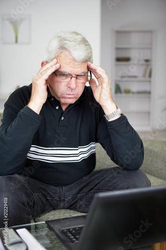 homme senior nerv devant un ordinateur portable photo libre de droits sur la banque d 39 images. Black Bedroom Furniture Sets. Home Design Ideas