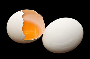 huevo blanco aislado en fondo negro