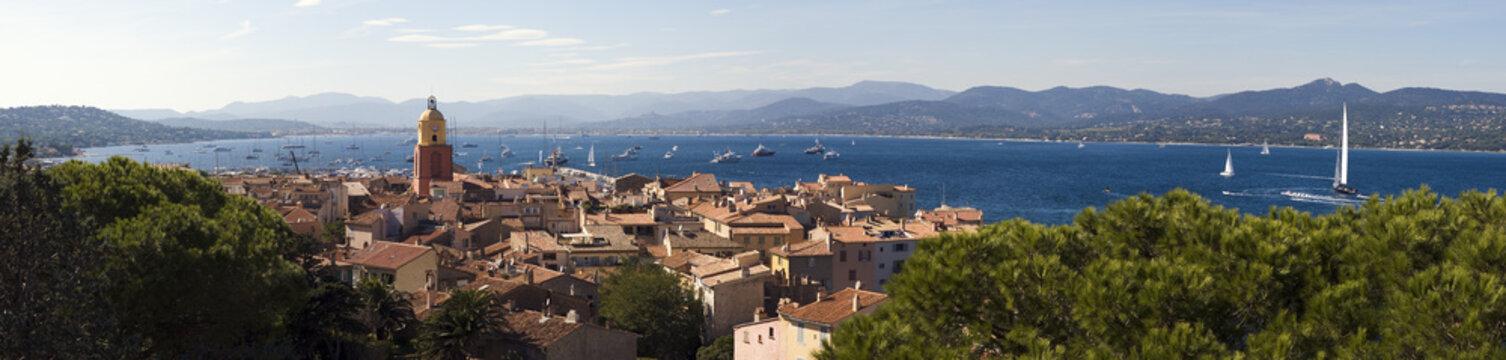 clocher du village de Saint-Tropez en provence dans le sud de la