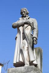 statue de révolutionnaire en pierre