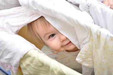 bébé se cacher
