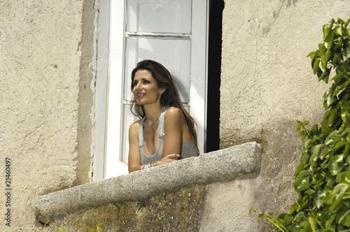 Donna affacciata alla finestra immagini e fotografie for Ragazza alla finestra quadro