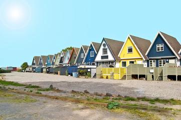 Maisons danoises sous un ciel bleu et soleil