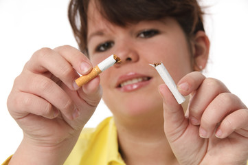 Jugendliche zerbricht eine Zigarette