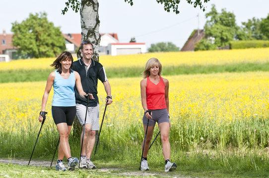Nordic Walking zwischen blühenden Feldern
