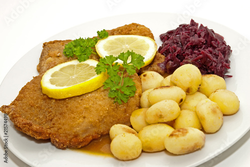 schnitzel mit kartoffeln und rotkohl stockfotos und lizenzfreie bilder auf bild. Black Bedroom Furniture Sets. Home Design Ideas