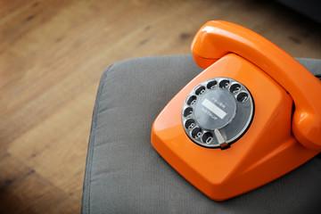 Oranges Telefon mit Wählscheibe