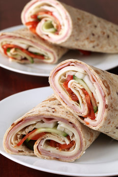 Wholemeal tortillas with ham, cheese and vegetables