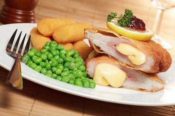 Schnitzel Cordon-bleu, Kartoffelkroketten, Erbsen