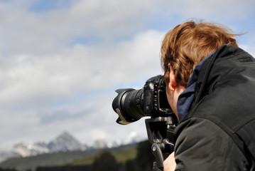 Mann beim fotografieren in der Natur