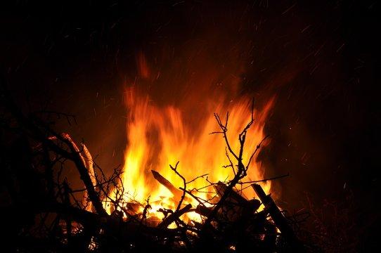 Osterfeuer in der Nacht