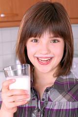 Mädchen beim Milch trinken