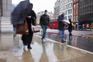 Photo sur Plexiglas Londres Busy london commuters in the pouring rain