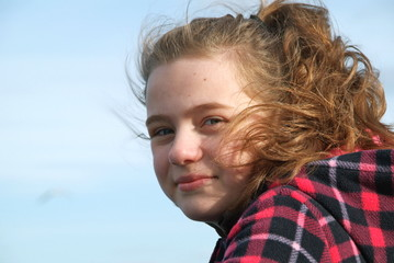 Ein junges Mädchen im Wind. Sample text.