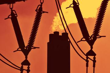 Sonnenuntergang an einem Kraftwerk