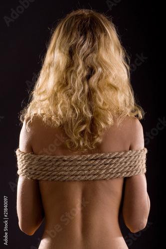 связанные скотчем блондинки фото