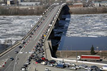 Nizhny Novgorod: traffic - ice-moving-car moving.