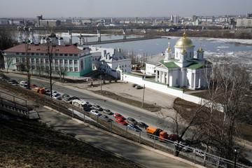 Nizhny Novgorod: urban scene - traffic at noon.