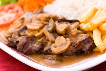 Rumpsteak-Roastbeef mit Champignons,Pommes Frites,grünem Salat