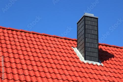 neubau schornstein dachstuhl rote dachziegel stockfotos. Black Bedroom Furniture Sets. Home Design Ideas