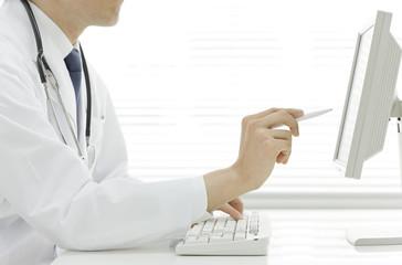パソコンをする医師