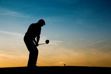 Älterer Golfspieler als Silhouette