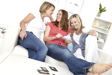 drei freundinnen schauen sich ultraschallbilder an