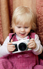 baby photographer looking pictures on the camera