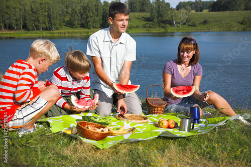 essay on picnic Picnics are the best way to enjoy the simple pleasure of life and spent time with family i love family picnics it gives me a change to interact more with my family member.