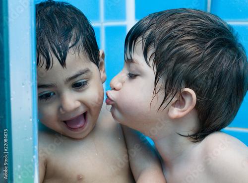 Bambini che fanno il bagno immagini e fotografie royalty free su file 22084675 - Donne che fanno il bagno ...