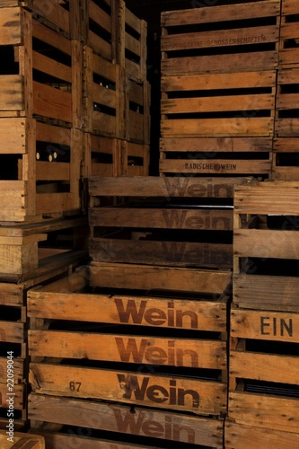 logo wein holzkiste weinkiste vino vin nostalgisch stockfotos und lizenzfreie bilder auf. Black Bedroom Furniture Sets. Home Design Ideas