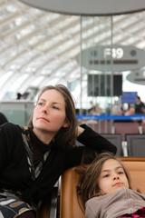 mère et fille attendant dans l'aéroport