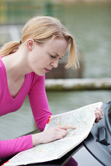 frau sucht route in straßenkarte