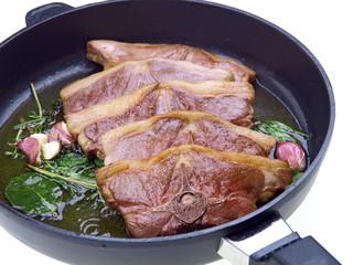 lammfleisch gebraten in der pfanne