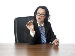 jeune femme fier fumant un cigare au bureau