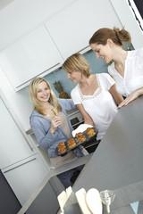 drei freundinnen backen muffins