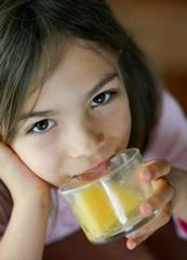 fillette buvant son jus d'orange