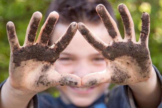 Dreckige Kinder-Hände